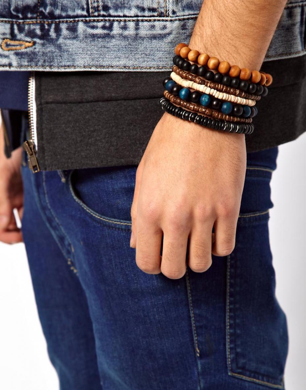 Homme avec bracelet